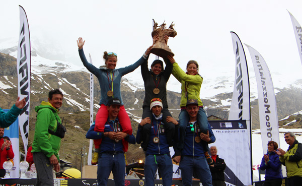 The women's and men's winning teams of the 2015 Mezzalama during the awards in Cervinia.
